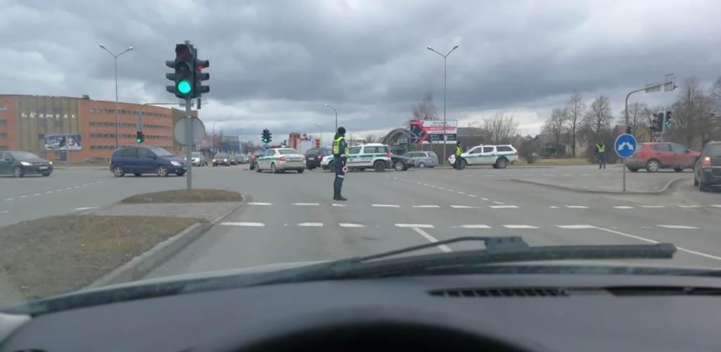 Šiauliuose automobilis partrenkė policijos pareigūnę
