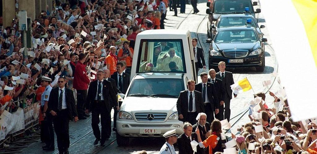Tarnybos ruošiasi popiežiaus vizitui – kaip elgtis gatvėje išvydus švyturėlius?