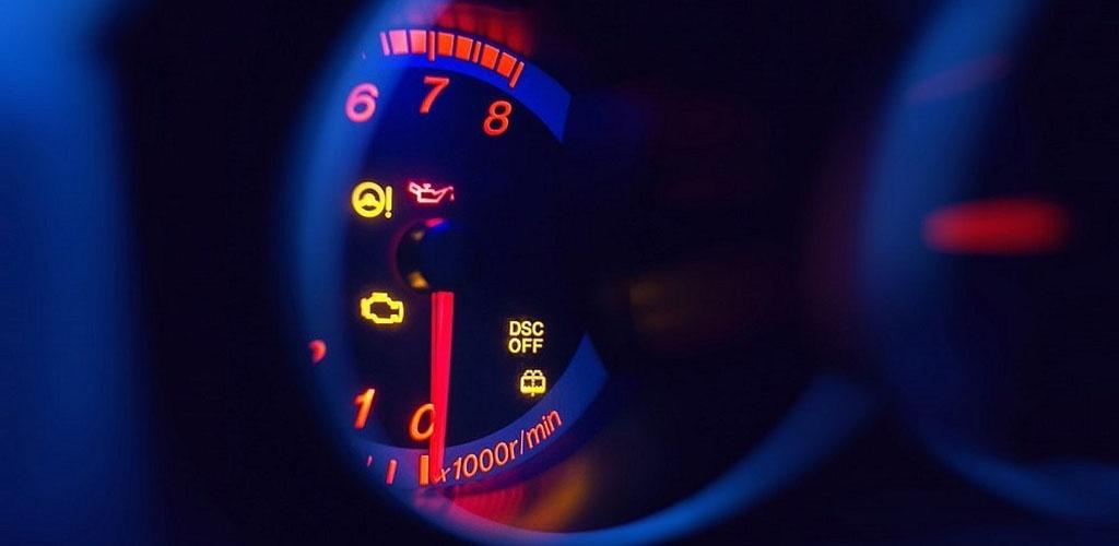 Prietaisų skydelyje degantys indikatoriai: atvejai, kada važiuoti nebegalite