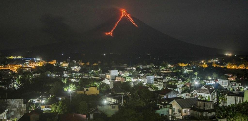 """Filipinuose įspūdingas ugnikalnio """"fejerverkų šou"""" traukia turistus, bet gyventojai evakuojasi"""